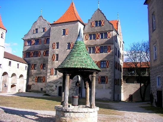 Fuerstliche Burgschenke Harburg: Brunnen im Burghof
