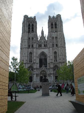 St. Michael og St. Gudula Katedral: outside the cathedral