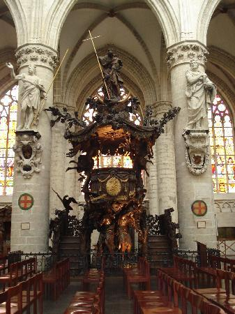St. Michael og St. Gudula Katedral: an ornate lecturn inside the cathedral