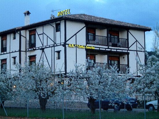 Hotel Doña Sancha: Rodeado de cerezos en flor Marzo-Abril