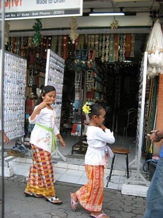Seminyak, Indonesia: Very cool Balinese girls on the way to temple.