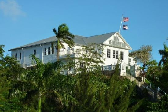 Pago Pago, Amerikan Samoa: The Samoan governor's mansion. Note the American and Samoan flags. Up to now, the Eastern Samoa