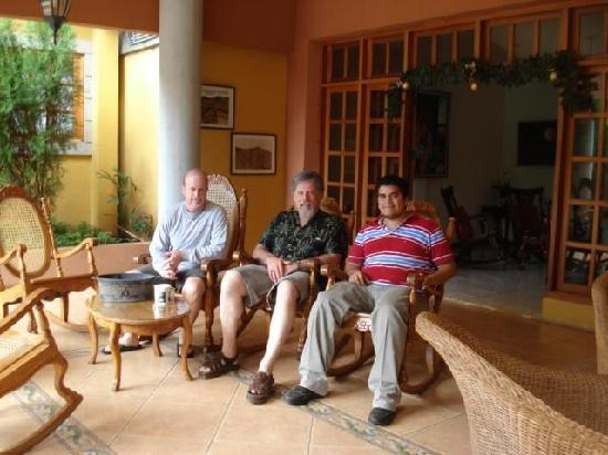 Hotel Los Pinos: Relaxing with friends
