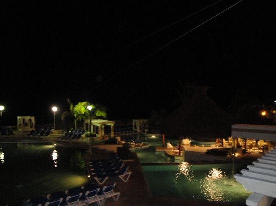 Royal Solaris Cancun: Pool by night