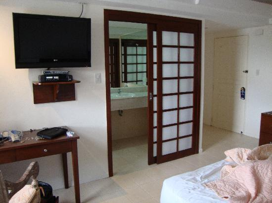Wild Orchid Beach Resort Subic Bay : My room: bed and closet