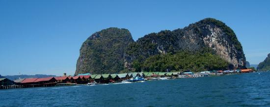 Andaman Seaview Hotel: Floating village enroute to James Bond Island