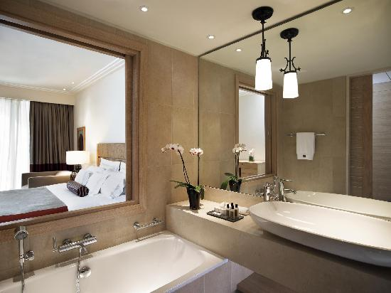 The Westin Resort, Costa Navarino: The Westin Resort, Deluxe Room (Bathroom)
