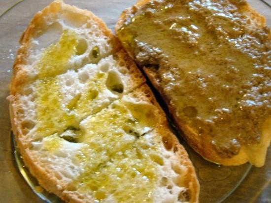 Montefalco, Italy: Our first tastes were accompanied by simple bruschette with Bea oil.