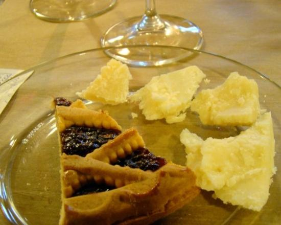‪‪Montefalco‬, إيطاليا: The Sagrantino and the passito were accompanied by a berry crostata and a parmesano reggiano - a‬
