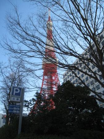 然後為了要去東京鐵塔朝聖所以路上問了兩個辣妹怎麼去看來他們英文也不好只好指著淺草說now here然後指著銀座說change在指著神谷町說Tokyo Tower哈哈哈哈然後就很曲折的先做都營銀