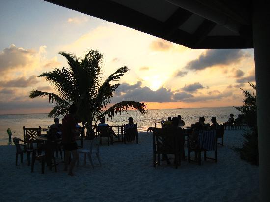 Holiday Island Resort & Spa: Tramonto dal beach bar