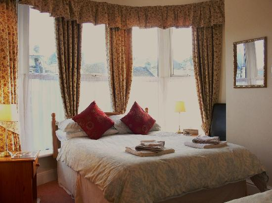 Lansdowne Guest House : En-suite Guest Bedroom in the Turret