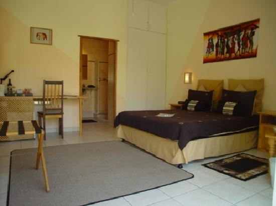 101 Oudtshoorn Holiday Accommodation: Room F