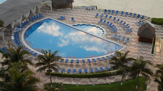 Crown Paradise Club Cancun: Your invited to play, claim that poolchair!