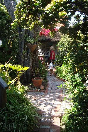 Redwood Hollow - La Jolla Cottages: Walking toward Sea Gate