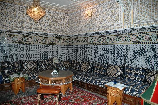 Riad Lahboul : Traditional plaster and mosaic decorated salon