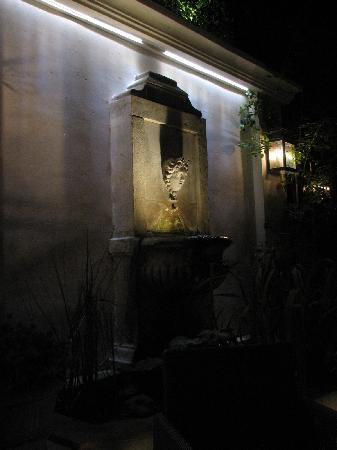 Hotel de l'Abbaye Saint-Germain: Courtyard fountain