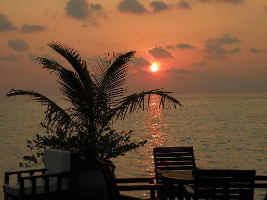 Olhuveli Beach & Spa Maldives: coucher de soleil vue du bar