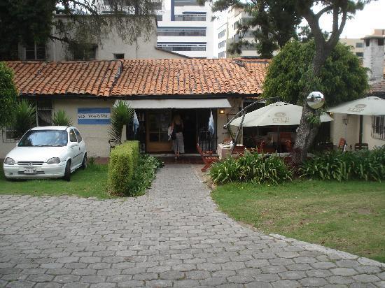 Parrilladas Dos Argentinos: Quiet courtyard in Quito