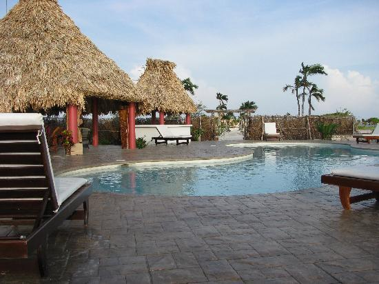 Brahma Blue Resort: You can get a drink at the pool