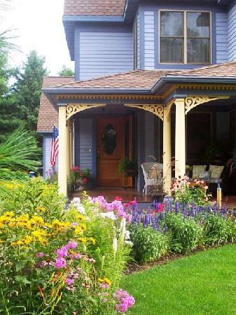 The Miller's Daughter Bed and Breakfast: Many perennial gardens