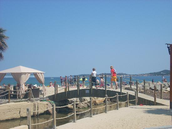 BJ Riviera Holidays : ponticello in legno che porta in spiaggia