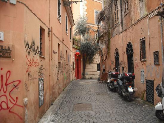 Villa della Fonte: The lane out to P. Sta Maria in Trastevere