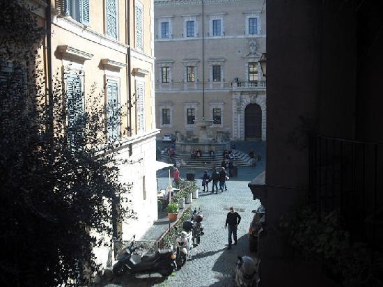 Villa della Fonte Guest House: Piazza from our window