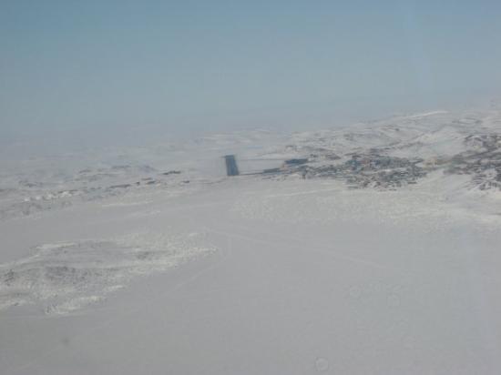 Iqaluit, Canada: Próximos a aterrizar, nos recibe un clima de 22 grados C bajo cero, el viento soplando a 40 kmts