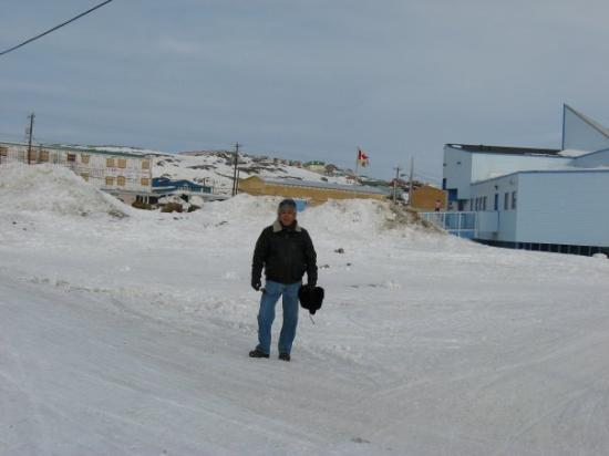 Iqaluit, Канада: El edificio azul es la biblioteca local.