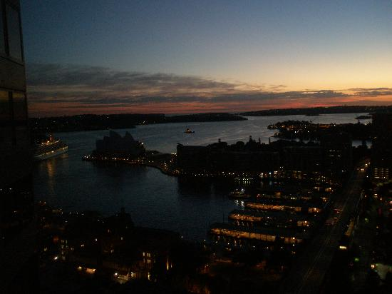 Shangri-La Hotel Sydney: Dawn over the harbour, from our room (OK the view was fine!)