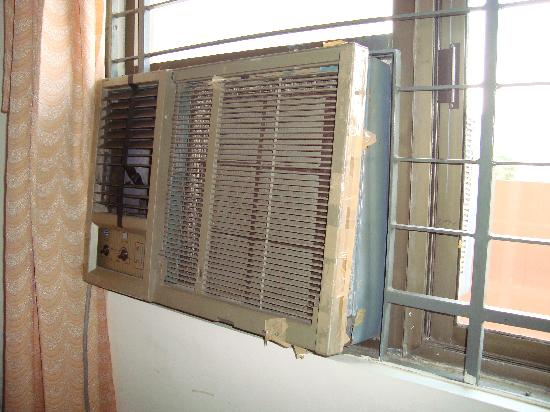 Hotel Singaar International: Broken Airconditioner