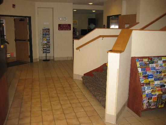 Days Inn Portland/Gresham: side view of lobby