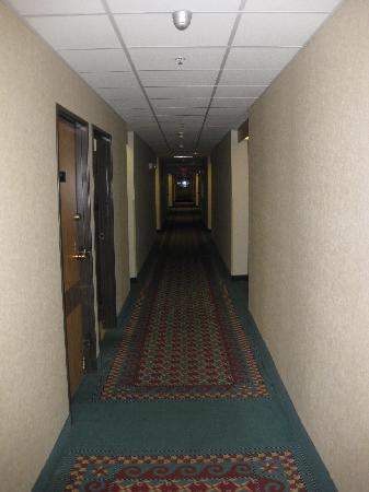 Days Inn Portland/Gresham: hallway leading to room
