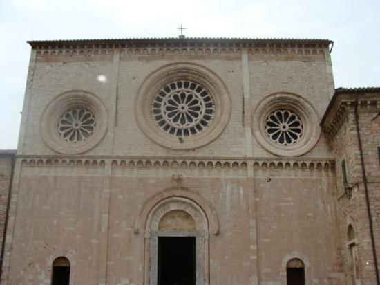 Assisi, Italia: Pretty much all the churches had this type of facade