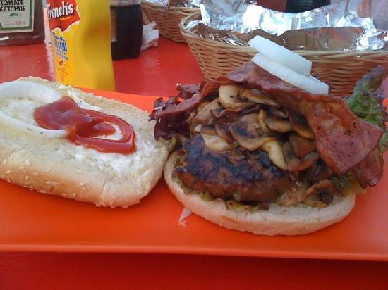 Playa Wings n' Pizza : the playa burger