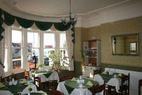 Tregella Guest House Newquay: The dining room overlooking the sea