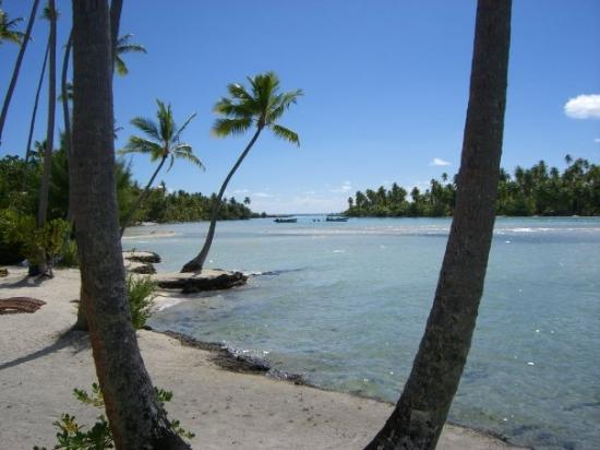 Tahaa, Fransk Polynesien: View of the lagoon toward the coral gardens.  Bora Bora is right through the channel.