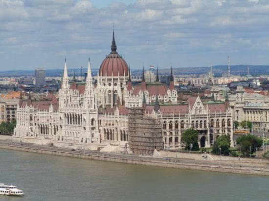Parlamentet: View of Parliament from the Castle