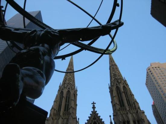 St. Patrick's Cathedral: New York - Le guglie di San Patrizio da una prospettiva particolare - Giugno 2004
