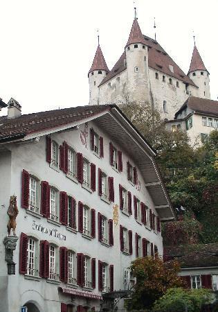 Thun, سويسرا: トゥーン城を見上げる