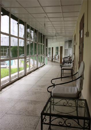 Srimangal Tea Resort : Long varendah outside the rooms