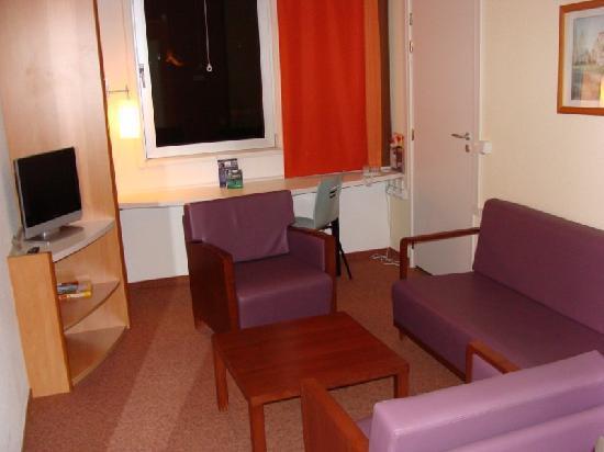 โรงแรมไอบิสปราก มาลาสตราน่า: Salón en las habitaciones superiores