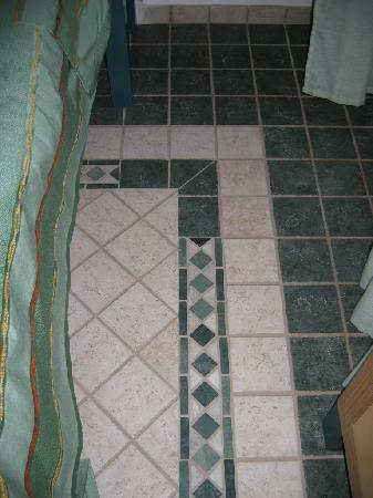 Il Cortiletto: Tiled floor in twin room