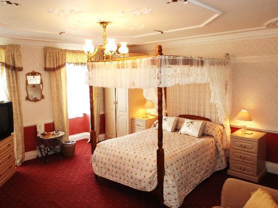 Pack o' Cards Inn: The Romantic Fuschia 4 Poster ensuite Room