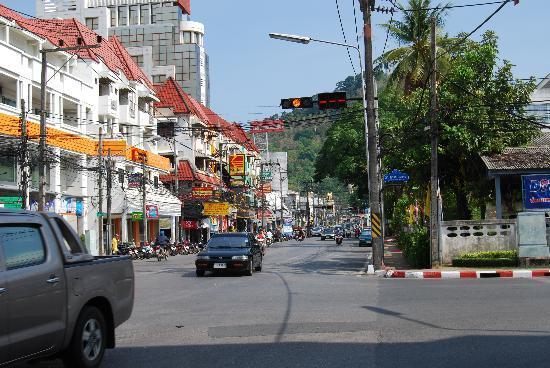 Sino House Phuket Hotel and Apartment: La calle del hotel