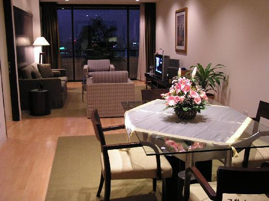 Emporium Suites by Chatrium: Living room in the evening