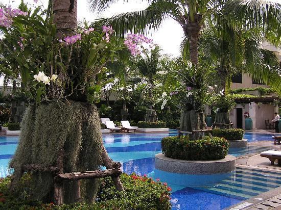 Emporium Suites by Chatrium: the gorgeous swimming pool