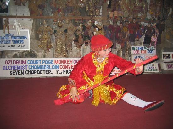 Mandalay, Myanmar: Dancer