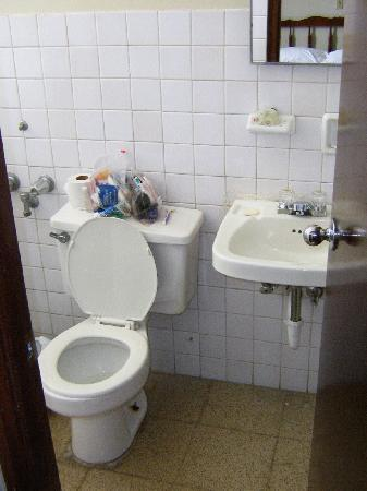 Centroamericano Hotel: bathroom-threadbare towels & no bathmat